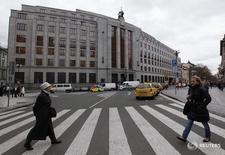 Люди проходят мимо здания чешского ЦБ в Праге 9 декабря 2011 года. Центробанк Чехии в понедельник сообщил, что отозвал лицензию у ЕРБ, небольшого банка с российским владельцем, действовавшего на чешском рынке. REUTERS/Petr Josek