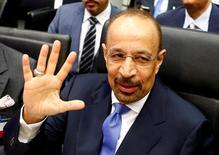 El ministro de Energía de Arabia Saudita, Khalid al-Falih, saludando a periodistas antes de una cumbre de ministros de la OPEP en Viena, jun 2, 2016. Arabia Saudita e Irán desvanecieron las esperanzas de que los productores de petroleo de la OPEP puedan alcanzar esta semana en Argelia un acuerdo que limite el bombeo de crudo, luego de que fuentes dentro del grupo dijeron que las diferencias entre el reino y Teherán siguen siendo muy profundas.    REUTERS/Leonhard Foeger/File Photo