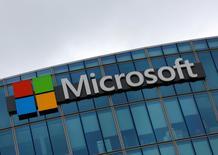 Microsoft tiene planes de subir los precios de algunos de sus servicios para empresas en hasta un 22 por ciento en Reino Unido tras el desplome de la libra esterlina, lo que probablemente afectará a cientos de firmas y departamentos del Gobierno que utilizan software y productos en la nube. En la imagen, el logo de Microsoft en Issy-les-Moulineaux, Francia, el 8 de agosto de 2016. REUTERS/Jacky Naegelen/File Photo