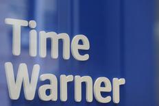 Un logo de Time Waner es visto en una tienda de la compañía en Nueva York. 23 de Octubre, 2016. La anunciada compra de Time Warner Inc por parte de AT&T Inc valuada en 85.000 millones de dólares generó escepticismo el domingo en filas demócratas y republicanas, lo que vuelve más probable que los reguladores analicen detenidamente el intento por crear un nuevo gigante de las telecomunicaciones y los medios. REUTERS/Stephanie Keith
