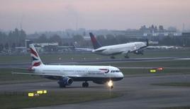 Reino Unido dio el martes el visto bueno a la construcción de una nueva pista de 22.000 millones de dólares en el aeropuerto londinense de Heathrow, terminando con 25 años de indecisión para un plan que quiere impulsar las ambiciones comerciales globales del país tras la votación a favor de abandonar la Unión Europea. En la imagen, aviones de British Airways en el aeropuerto de Heathrow el 25 de octubre de 2016. REUTERS/Eddie Keogh