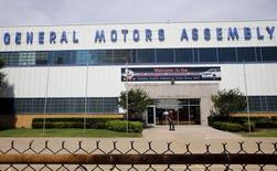 Завод General Motors в Арлингтоне, Техас. General Motors Co сообщила во вторник, что ее чистая прибыль в третьем квартале увеличилась вдвое благодаря хорошим продажам грузовых автомобилей и внедорожников на внутреннем рынке компании - в США. REUTERS/Mike Stone