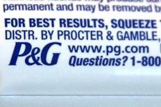 El logo de Procter & Gamble (P&G) en una pasta dental, en Los Ángeles, California, Estados Unidos. 25 de abril de 2016. Procter & Gamble Co, el fabricante del detergente Tide y los pañales Pampers, reportó una utilidad trimestral mejor a la esperada, ayudado por una reducción de costos y una demanda más sólida de productos para el cuidado femenino, de bebés y del hogar. REUTERS/Lucy Nicholson
