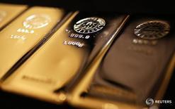 Слитки золота в магазине Ginza Tanaka в Токио 18 апреля 2013 года. Золото дорожает во вторник благодаря росту физического спроса в Индии, но ожидания повышения ставки ФРС США ограничивают рост. REUTERS/Yuya Shino