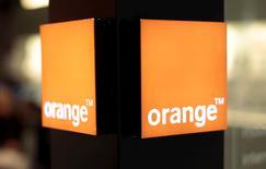 Orange, qui est parmi les valeurs à suivre mardi à la clôture, a gagné 4,12% et s'inscrit largement en tête des hausses du CAC 40 après une performance légèrement supérieure aux attentes au troisième trimestre. /Photo prise le 8 mars 2016/REUTERS/Eric Gaillard