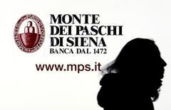 Banca Monte dei Paschi di Siena a annoncé mardi un plan de redressement incluant la suppression d'un poste sur dix, la fermeture de centaines d'agences et d'importantes cessions d'actifs. La remise sur pied de la banque est le premier objectif du gouvernement italien. /Photo prise le 14 janvier 2016/REUTERS/Stefano Rellandini
