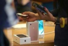 Apple registró un tercer trimestre consecutivo de caídas en las ventas de iPhone, pero superó las previsiones de Wall Street para su producto insignia y proyectó ingresos mayores a los esperados en la crucial temporada navideña. En la imagen de archivo, un cliente compra un iPhone 7 dentro de una tienda de Apple en Los Ángeles. REUTERS/Lucy Nicholson