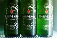 Пиво Heineken в холодильнике в Вене  18 октября 2016 года. Heineken, вторая по величине пивоваренная компания мира, отчиталась о превысивших ожидания продажах пива в третьем квартале и подтвердила годовой прогноз маржи прибыли, однако сообщила, что влияние колебаний курсов валют будет значительнее, чем ранее ожидалось.  REUTERS/Heinz-Peter Bader