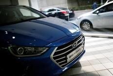 Hyundai Motor a vu son bénéfice net trimestriel tomber à un plus bas de plus de quatre ans et prévenu qu'il pourrait ne pas atteindre son objectif de ventes pour la deuxième année consécutive, pénalisé par la faiblesse des marchés émergents et une grève de ses salariés coréens. /Photo prise le 20 juillet 2016/REUTERS/Kim Hong-Ji