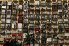 El precio de la vivienda en alquiler descendió un dos por ciento en el tercer trimestre y se sitúa, a septiembre de 2016, en 7,26 euros por metro cuadrado al mes, indicó este miércoles el portal inmobiliario fotocasa.es. En la imagen de archivo, un edificio en la población costera de Torremolinos, provincia de Málaga. 27 de Marzo de 2009. REUTERS/Jon Nazca