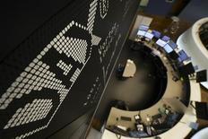 Фондовая биржа Франкфурта-на-Майне. Европейские фондовые рынки снизились в четверг из-за ослабления сырьевых акций, в то время как подъем финансового сектора благодаря превысившим прогнозы результатам Deutsche Bank и Barclays оказался кратковременным. REUTERS/Kai Pfaffenbach