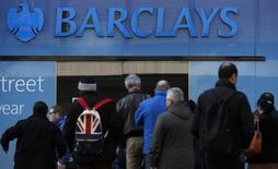 Клиенты Barclays у отделения банка в Манчестере. 17марта 2016 года. Barclays в четверг сообщил о превысившем прогнозы росте прибыли в третьем квартале до 1,7 миллиарда фунтов стерлингов ($2,08 миллиарда) благодаря хорошим результатам инвестбанкинга. REUTERS/Phil Noble/Files