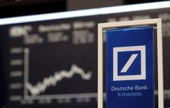 El consejero delegado de Deutsche Bank, John Cryan, se comprometió el jueves a redoblar los esfuerzos para la reestructuración del banco, que tiene enfrente tiempos difíciles mientras busca concluir las conversaciones que mantiene con las autoridades de justicia de Estados Unidos sobre una multa de miles de millones de dólares.  En la imagen, un banner de Deutsche Bank en la Bolsa de Fráncfort, el 30 de septiembre de 2016. REUTERS/Kai Pfaffenbach