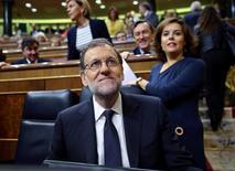 El presidente español en funciones, Mariano Rajoy, dijo el jueves en el Congreso que habrá que esperar a la evolución de la recaudación fiscal hasta final de año para decidir si son necesarias medidas adicionales para cumplir con el déficit del 3,1 por ciento marcado por Bruselas para 2017. En la imagen, Rajoy durante su debate de investidura en el Congreso de los Diputados de Madrid, el 27 de octubre de 2016. REUTERS/Andrea Comas