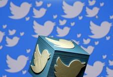 Twitter a fait état jeudi d'un chiffre d'affaires trimestriel supérieur aux attentes mais à la croissance nettement ralentie et a annoncé dans la foulée une réduction de ses effectifs de 9%. L'action du réseau social gagne près de 4% à 17,97 dollars dans les échanges d'avant-Bourse. /Photo d'archives/REUTERS/Dado Ruvic