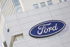 El logo de Ford en una tienda de la compañía en Ciudad de México, abr 5, 2016. Ford Motor Co reportó el jueves una caída de más del 50 por ciento en su utilidad neta del tercer trimestre debido a menores ventas en Norteamérica, mayores costos por llamados a revisión y el complicado lanzamiento de una nueva camioneta.   REUTERS/Edgard Garrido/File Photo