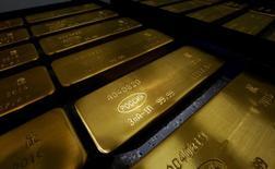 Слитки золота на заводе Красцветмет в Красноярске. 24 октября 2016 года. Золото немного дорожает в четверг на фоне не слишком активных торгов, а рынок по-прежнему ждет подсказок о сроках ожидаемого повышения процентных ставок ФРС США. REUTERS/Ilya Naymushin