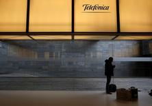 El Ibex-35 cerró el jueves en positivo, en pleno aluvión de resultados corporativos, con Telefónica como protagonista de la jornada tras recortar su dividendo mientras los bancos impulsaron el índice por la buena acogida de sus cuentas. En la imagen de archivo, se ve un hombre bajo el logo de Telefónica en su sede de Madrid, el 26 de febrero de 2016. REUTERS/Juan Medina