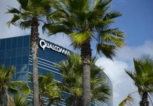 Qualcomm a conclu le rachat de NXP Semiconductors pour 38 milliards de dollars, la plus grosse acquisition jamais opérée dans le secteur des semiconducteurs et qui en fait le leader du marché des puces pour l'automobile. /Photo d'archives/REUTERS/Mike Blake