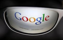 Una página de búsquedas de Google se refleja en unas gafas. 30 de mayo de 2014. Alphabet, la matriz de Google, reportó el jueves un alza del 20,2 por ciento de sus ingresos trimestrales, ayudado por robustas ventas de publicidad en dispositivos móviles y por YouTube. REUTERS/Francois Lenoir/Imagen de archivo