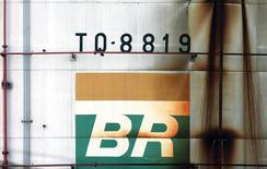 Foto de archivo del logo de Petrobras en un tanque de petróleo en Sao Caetano do Sul, Brasil. Sep 28, 2016. La compañía controlada por el Estado Petróleo Brasileiro SA y sus socios instalarán en el 2020 el primero de cuatro sistemas de producción comercial en la gigantesca formación petrolera costa afuera Libra y agregarán uno cada año hasta el 2023. REUTERS/Paulo Whitaker