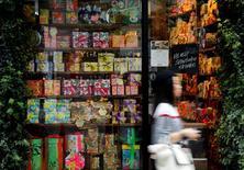 Répétition titre. Les prix à la consommation au Japon ont reculé en septembre pour le septième mois consécutif, ce qui tend à confirmer les annonces de la Banque du Japon, qui a prévenu qu'atteindre son objectif de 2% d'inflation prendrait du temps. /Photo d'archives/REUTERS/Toru Hanai