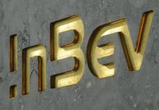 Логотип Anheuser-Busch у штаб-квартиры пивоваренной компании в Левене. 12 августа 2010 года. Крупнейшая в мире пивоваренная компания Anheuser-Busch InBev понизила годовой прогноз роста в связи с ухудшением продаж пива в Бразилии, втором по величине рынке для компании, четвёртый квартал кряду. REUTERS/Jan Van De Vel