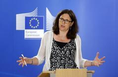Un debatido acuerdo de comercio entre la Unión Europea y Estados Unidos no está muerto y las negociaciones van a seguir con el nuevo Gobierno estadounidense tras las elecciones de noviembre, dijo el sábado la comisaria de Comercio de la Unión Europea, Cecilia Malmström. En la imagen, la comisaria de Comercio europea Cecilia Malmstrom en una rueda de prensa en la sede de la Comisión Europea en Bruselas, Bélgica, el 4 de agosto de 2015. REUTERS/Francois Lenoir