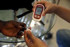 No hay un remedio fácil para el problema de las grandes farmacéuticas con la diabetes. Los beneficios de Sanofi y Novo Nordisk procedentes de fármacos que tratan la enfermedad se hunden y hay pocas soluciones financieras. Novo está reduciendo costes e inversiones, mientras que Sanofi recompra acciones y busca adquisiciones. Al menos las acciones de la última están baratas. En la imagen, un paramédico (D) compureba el nivel de azúcar en sangre de un paciente en Yakarta, Indonesia, el 22 de abril de 2016. REUTERS/Beawiharta