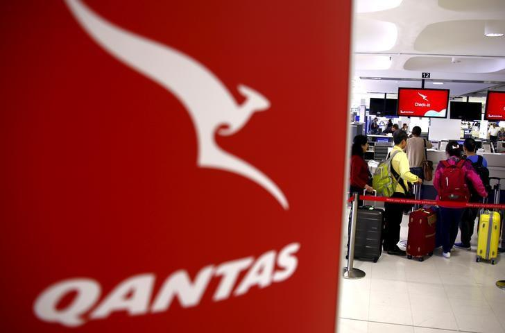 Passengers stand in line at the Qantas Airlines check-in counter in the departures area at Sydney International Airport, Australia, March 23, 2016.   REUTERS/David Gray/File Photo