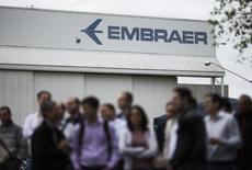 Funcionários vistos em frente galpão da Embraer em São José dos Campos.       22/10/2014          REUTERS/Roosevelt Cassio