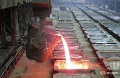 Цех Надеждинского металлургического завода в Норильске 23 января 2015 года. Спад капитальных расходов в мировой никелевой отрасли в последние годы окажет влияние на дальнейшее производство и будет поддерживать цены на металл, сказал Рейтер Антон Берлин, директор департамента стратегического маркетинга российского горнодобывающего гиганта Норникеля. REUTERS/Polina Devitt