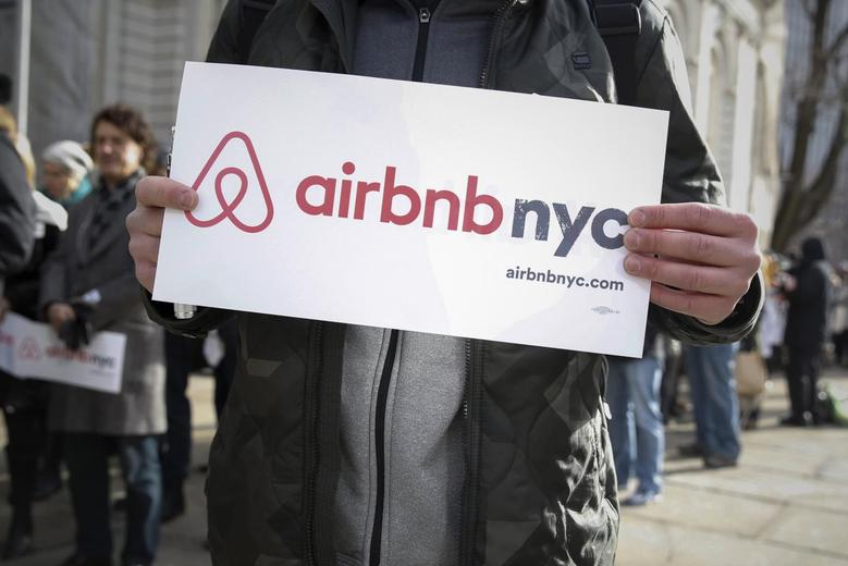Supporters of Airbnb stand during a rally before a hearing called ''Short Term Rentals: Stimulating the Economy or Destabilizing Neighborhoods?'' at City Hall in New York, U.S. on January 20, 2015.   REUTERS/Shannon Stapleton/File Photo