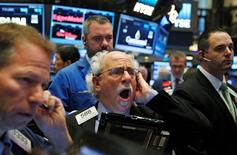 Wall Street a terminé en très léger repli lundi.  L'indice Dow Jones a cédé 18,15 points, soit 0,10%, à 18.143,04 points. /Photo prise le 21 octobre 2016/REUTERS/Brendan McDermid