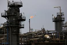 L'Opep a approuvé lundi un document fixant les grandes lignes de la stratégie à long terme du cartel, signe de rapprochement des positions de ses membres concernant la gestion des niveaux de production de pétrole, et donc des prix. /Photo d'archives/REUTERS/Darren Whiteside