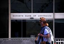 Люди проходят мимо здания Резервного банка Австралии в Сиднее 3 октября 2016 года. Центробанк Австралии во вторник оставил ставки без изменений третий месяц кряду на фоне подъема экспортных цен и опасений о том, что бум на рынке недвижимости может указывать на завершение пятилетнего цикла смягчения политики. REUTERS/David Gray