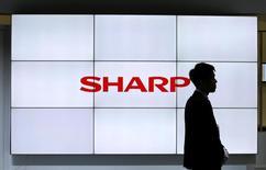 Le groupe japonais Sharp a dit mardi prévoir un bénéfice d'exploitation sur l'ensemble de son exercice clos en mars prochain, pour la première fois en trois ans, grâce à ses réductions de coûts. /Photo prise le 3 octobre 2016/REUTERS/Toru Hanai