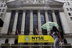 La Bourse de New York a ouvert en légère hausse mardi, amorçant un timide rebond après avoir terminé le mois d'octobre sur sa plus mauvaise performance depuis janvier. Quelques minutes après le début des échanges, l'indice Dow Jones gagne 16,10 points, soit 0,09%. /Photo prise le 21 octobre 2016/REUTERS/Brendan McDermid