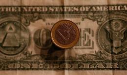 Доллары и евро. Доллар достиг минимума свыше двух недель к евро во вторник из-за политической неопределённости в США, в то время как мексиканский песо опустился до минимальной отметки более чем за три недели на фоне ставок на вероятность победы кандидата от Республиканской партии Дональда Трампа на президентских выборах.  REUTERS/Leonhard Foeger