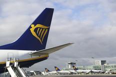 La aerolínea irlandesa de bajo coste Ryanair comenzará a volar desde el aeropuerto de Fráncfort a destinos turísticos en España y Portugal, dijeron el miércoles la compañía aérea irlandesa y el operador aeroportuario alemán Fraport. En la imagen, un avión de Ryanair en el aeropuerto de Fraport en Fráncfort, Alemania, 2 de noviembre de 2016. REUTERS/Kai Pfaffenbach