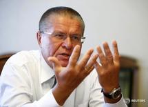 Министр экономического развития РФ Алексей Улюкаев дает интервью Рейтер в Москве 1 ноября 2016 года. REUTERS/Sergei Karpukhin