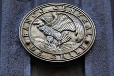 El emblema del Banco Central de Chile en su sede en Santiago, ago 25, 2014. El Banco Central de Chile debería relajar su política monetaria en caso de que aumente el riesgo de una baja inflación y se profundice un escenario de crecimiento débil de la economía doméstica, sugirió el miércoles el Fondo Monetario Internacional (FMI).  REUTERS/Ivan Alvarado