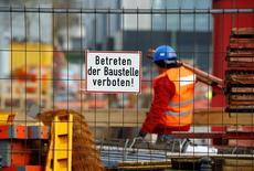La constructora alemana Hochtief, controlada por el grupo español ACS, mejoró sus resultados de forma significativa en el tercer trimestre. En la foto, un trabajador de la constructora alemana en una obra en Essen, Alemania, el 8 de marzo de 2016.   REUTERS/Wolfgang Rattay