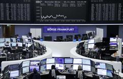 Las bolsas europeas abrieron el jueves encaminadas a romper con una racha de ocho sesiones a la baja, la más larga en más de dos años, gracias al impulso de unos buenos resultados corporativos, en especial entre los bancos de la zona euro. En la foto, operadores en la Bolsa de Francfort el 2 de noviembre de 2016. REUTERS/Staff/Remote