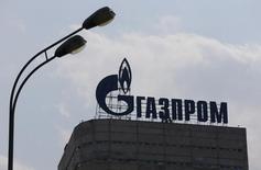 Логотип Газпрома на крыше офиса компании в Москве. Российский концерн Газпром планирует в 2017 году добычу газа в размере 426,58 миллиарда кубометров, сообщил Интерфакс со ссылкой на источники.  REUTERS/Maxim Shemetov