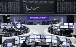 Operadores trabajando en la Bolsa de Fráncfort, Alemania. 19 de octubre de 2016. Las bolsas europeas se encaminaban el jueves a cortar una racha de ocho sesiones de pérdidas, la más larga en más de dos años, gracias al impulso de unos buenos resultados corporativos, en especial entre los bancos de la zona euro. REUTERS/Staff/Remote