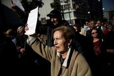 Los jubilados griegos salieron a las calles de Atenas en protesta por los nuevos recortes en las pensiones impuestos por el Gobierno de izquierdas dentro de un paquete de medidas de austeridad recetado por los prestamistas internacionales. En la imagen, una pensionista sostiene una carta del gobierno explicando los recortes durante la manifestación contra esta decisión del Ejecutivo heleno en la capital griega. 3 de noviembre de 2016. REUTERS/Alkis Konstantinidis