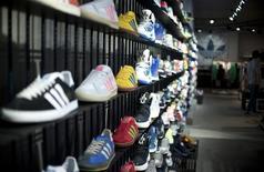 El nuevo consejero delegado de Adidas anunció el jueves que reorganizará la marca deportiva Reebok, que está en una situación complicada, incluyendo recortes en su sede en Boston y el cierre de tiendas, y también adelantó que venderá su negocio de golf antes del año próximo, aunque la transacción genere pérdidas. En la foto de archivo, zapatillas de Adidas en una tienda en Berlín el 27 de marzo de 2014. REUTERS/Stefanie Loos
