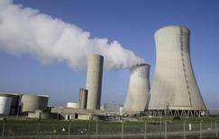 La centrale nucléaire de Tricasting où trois réacteurs sont arrêtés. EDF a fait savoir jeudi qu'il reportait le redémarrage de cinq de ses réacteurs nucléaires jusqu'à la fin de l'année, ce qui a porté les prix de référence pour 2017 à de nouveaux plus hauts sur les marchés français et allemand de l'électricité. /Photo d'archives/REUTERS/Michel Euler