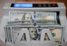 Máquina conta notas de dólar em Kiev, Ucrânia  31/10/2016 REUTERS/Valentyn Ogirenko